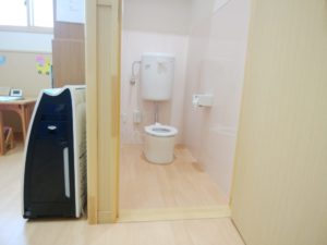独立した病後児保育室の園児のトイレ